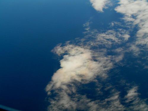 津軽海峡(?)上空 虹に彩られた雲