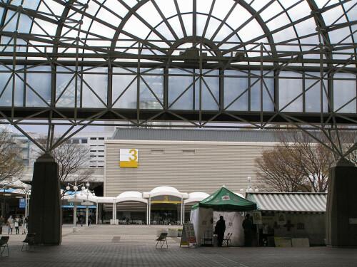 インテックス大阪3号館を望む