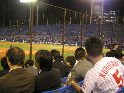 試合中の内野席(1塁側と比較気味)
