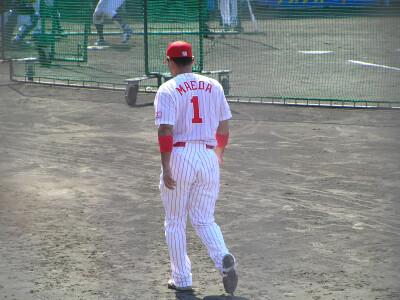 聖地にて05/試合前の前田智則さん@1塁側ベンチ前